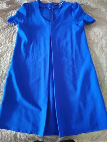Плаття синього кольору розширене від грудей