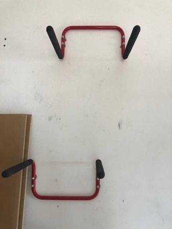 2 suportes de parede para bicicletas em vermelho