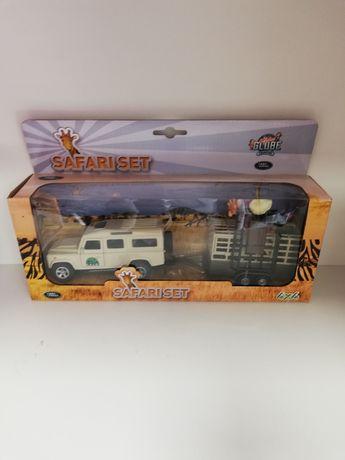 Samochód Safari z przyczepą.