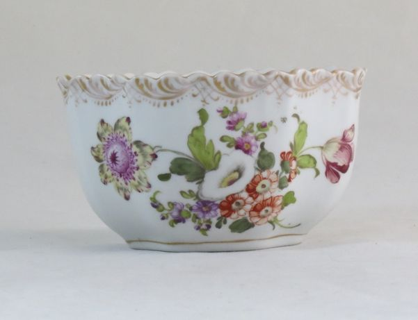 Taça em porcelana alemã / Dresden decorada com flores, nº2; Circa 1900