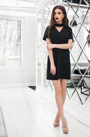 Стильное платье с имитацией чокера