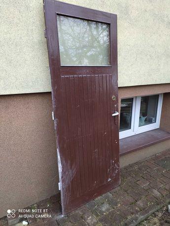 Drzwi drewniane, stare i ciężkie