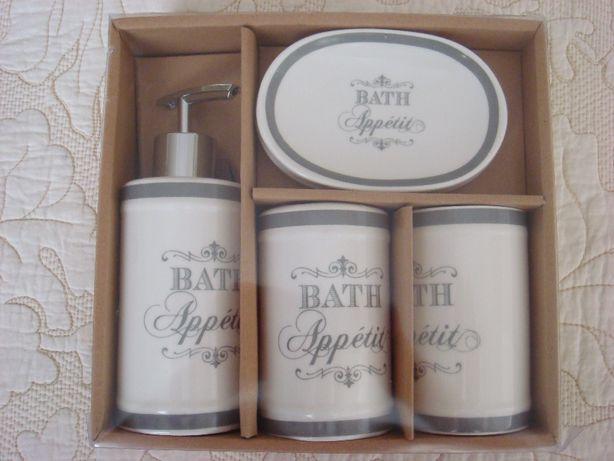 Подарочный брендовый набор аксессуаров для ванной комнаты.