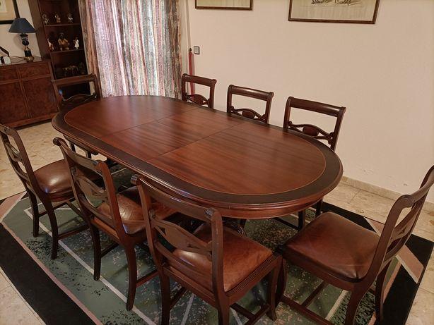 Mesa de jantar extensível em madeira maciça.