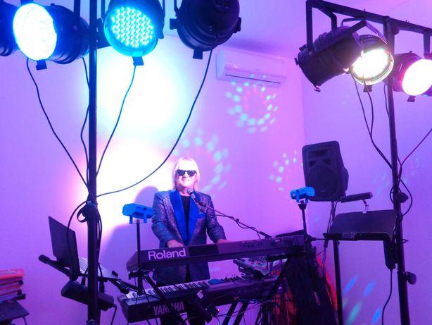 Dj prezenter - muzyk grający i śpiewający