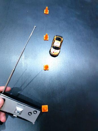 Маленька машинка на радіокеруванні