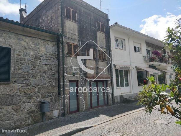 Edifício com três andares, totalmente em pedra no centro da Vila de Pa