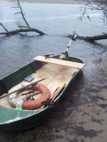 Лодка малютка з мотором і веслами