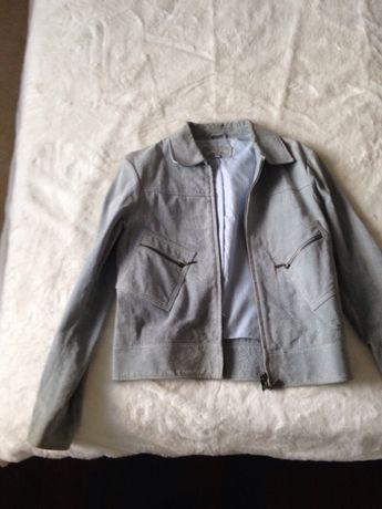 Vários casacos de fazenda e couro