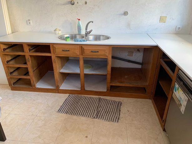 Móveis de Cozinha de 2,5m por 2,6m em Carvalho em bom estado