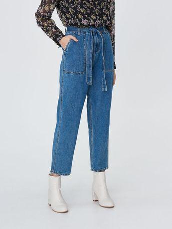 Spodnie jeansowe z wysokim stanem i prostymi lekko zwężanymi nogawkami