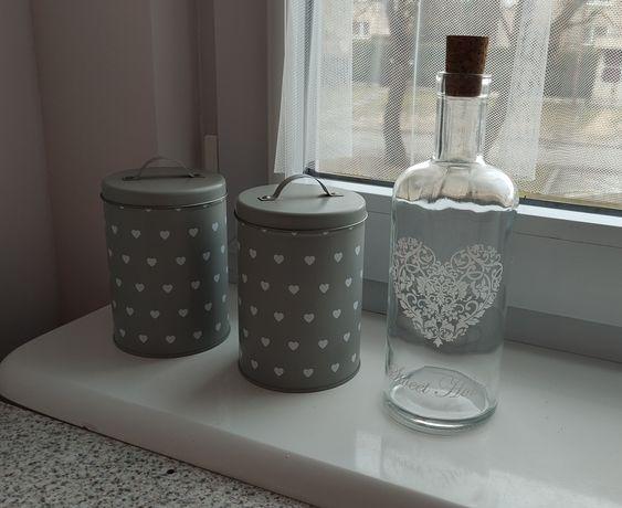 Zestaw - dwie metalowe puszki i szklana butelka ozdobna z korkiem
