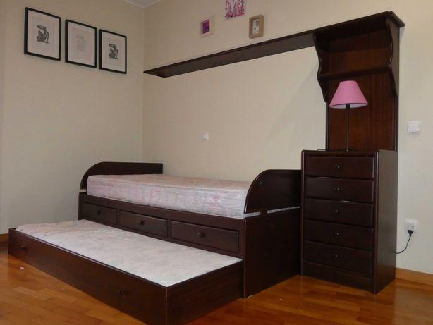 Estúdio 2 camas bom estado+secretária e estante