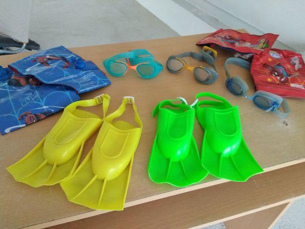 Braçadeiras, óculos mergulho e barbatanas praia ou piscina