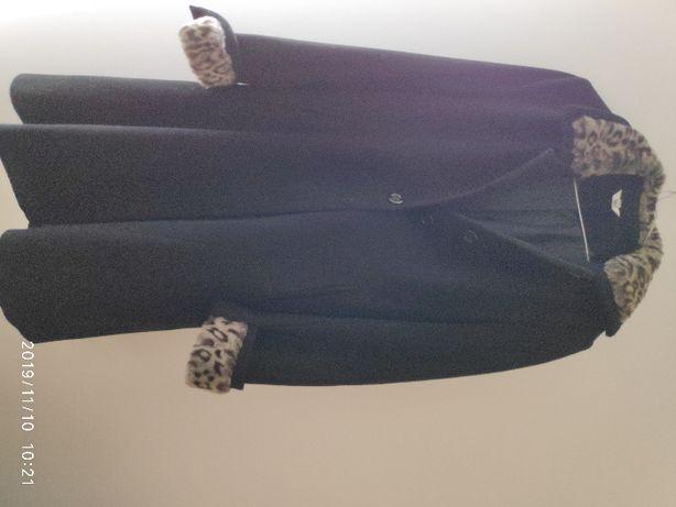 czarny płaszcz z futerkiem na kołnierzu i przy rekawach 70% wełna