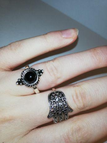 Dwa pierścionki pierścienie sygnety