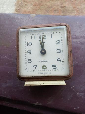 Годинник будильник СССР в робочому стані.