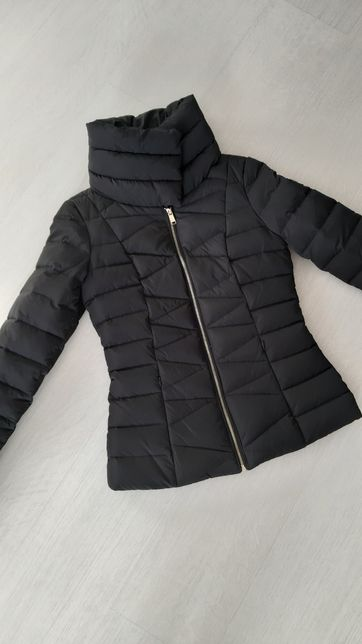 GUESS czarna puchowa taliowana pikowana kurtka kołnierz logo xs