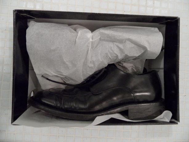 Sapatos em pele pretos com atacador