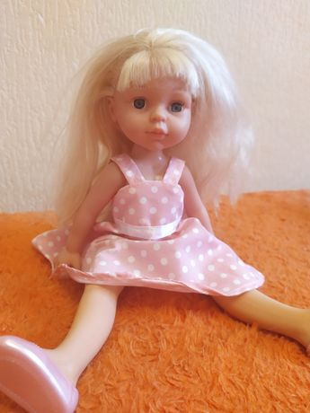 Гарна лялька з рожевою сукнею