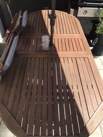 Stół z krzesłami .