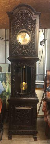 Stojący zegar w rzeźbionej skrzyni