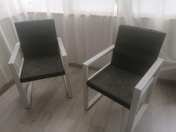 Duas cadeiras de jardim ou terraço