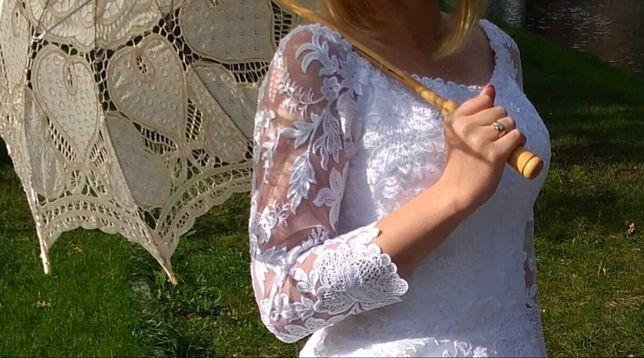 Piękna śnieżno biała suknia ślubna.