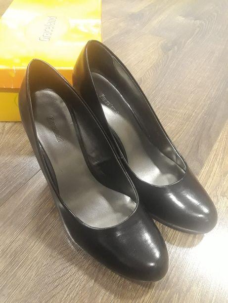 Czarne błyszczące szpilki, buty na obcasie