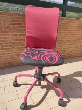 Cadeira para quarto de criança com rodas