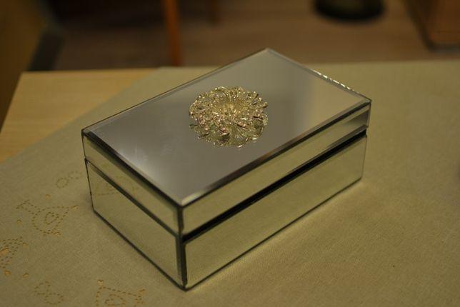Szklana szkatułka na biżuterię