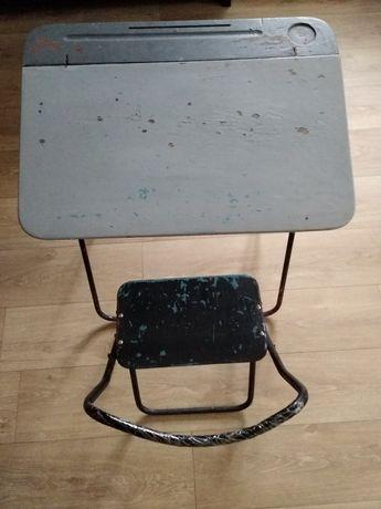 Парта и стул школьные.