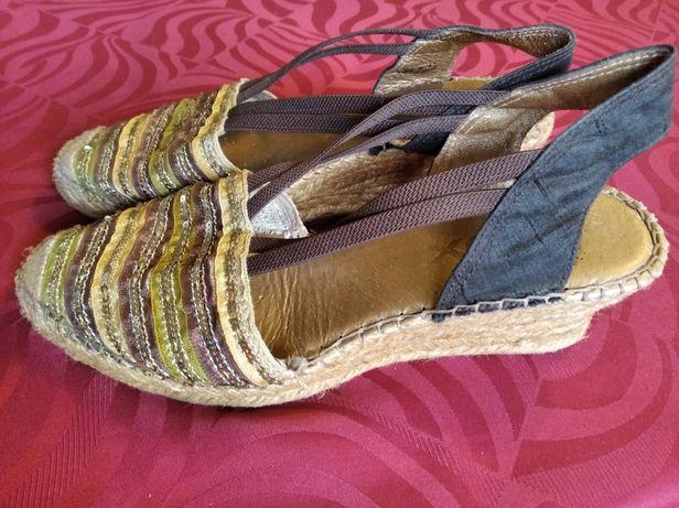 Błyszczące buty na koturnie r.41