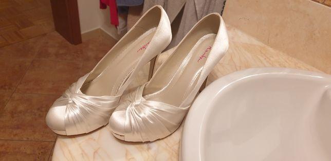 Piękne buty ślubne angielskiej firmy 36.5 kolor śmietankowy