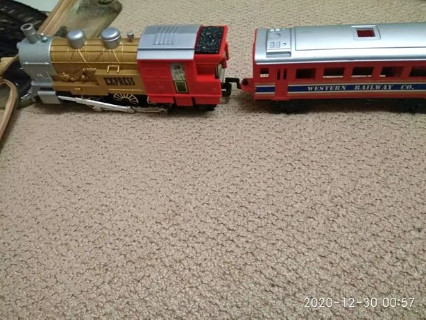 Игрушечный поезд на батарейках