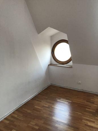 Uroczy pokój z okrągłym okienkiem