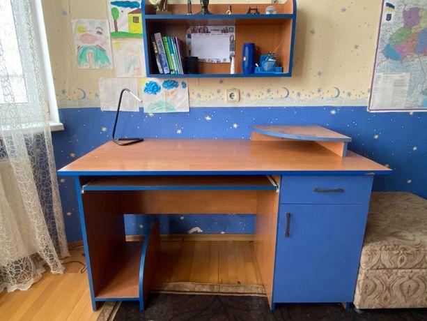 Меблі для дитячої: стіл та полиця