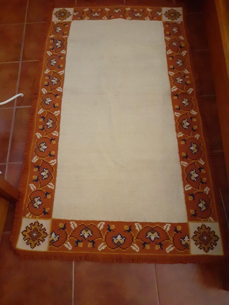 Três tapetes Arraiolos e lã natural de ovelha