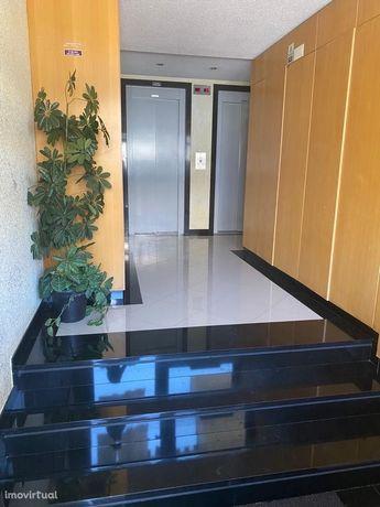 Apartamento T3 amplo com arrecadação