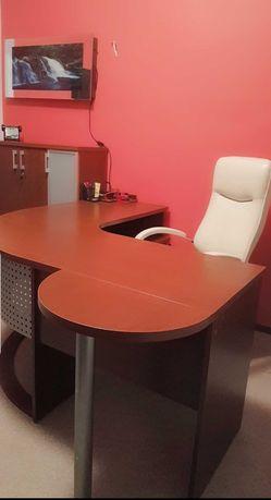 Piękny komplet mebli biurowych, gabinetowych z eleganckim fotelem.