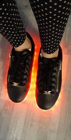 Buty z zamkiem na boku