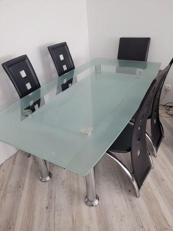 Szklany stół z krzesłami, duży.