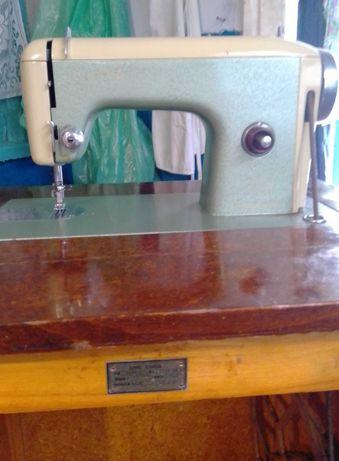 Старинная румынская ножная швейная машинка 1960 года выпуска