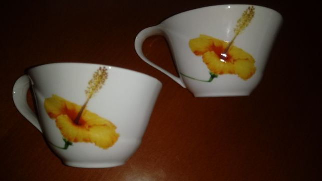 Sosjerki z białej porcelany w kwiaty dwie sztuki