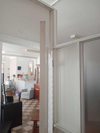 Duas divisorias em alumínio com uma porta