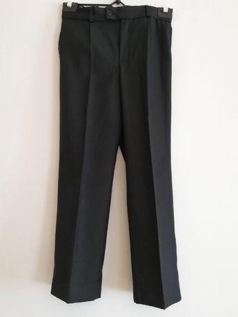 Czarne eleganckie spodnie garniturowe chłopięce w kant r. 128