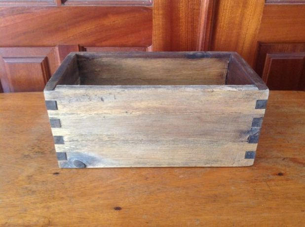 pequena caixa em madeira.