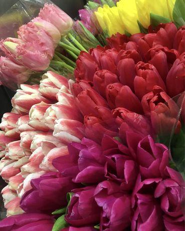 Тюльпани , компоцизіі з квітів гарне упакування доставка квітів