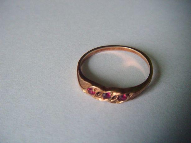 złoty pierścionek z 3 czerwonymi oczkami