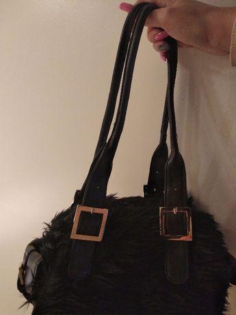 Mała, czarna torebka z futerkiem.